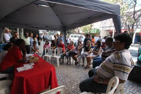 Em frente ao prédio do TRT, da Mato Grosso, servidores falam sobre suas dificuldades. Fotos: Generosa Gonçalves