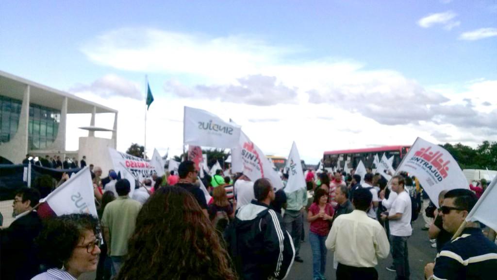 Servidores concentraram-se em frente ao prédio do STF e então seguiram em caminhada até o Palácio do Planalto