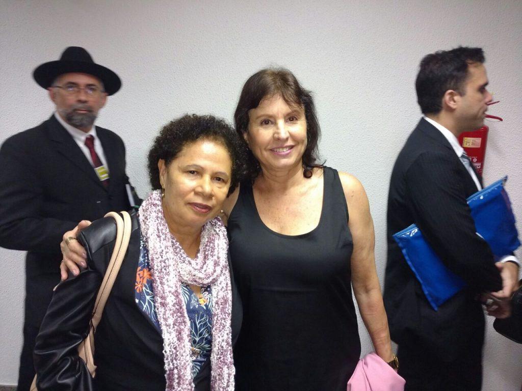 Coordenadora do SITRAEMG Vilma Lourenço junto com a senadora Regina Sousa (PT-PI)