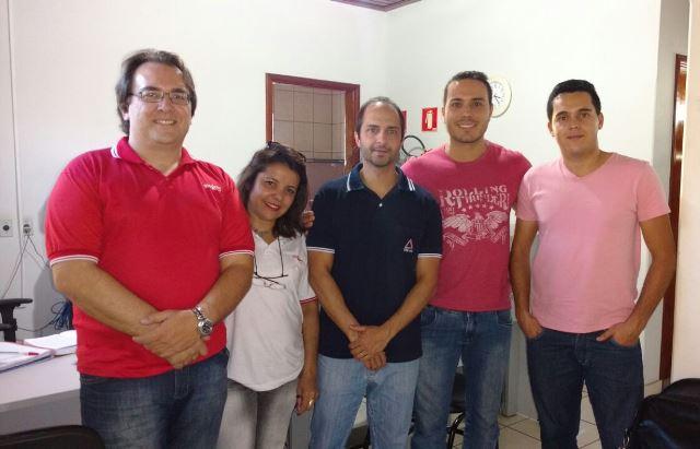 Coordenador do SITRAEMG Igor Yagelovic e funcionária Eunice Silva com servidores do TRE de Poço Fundo