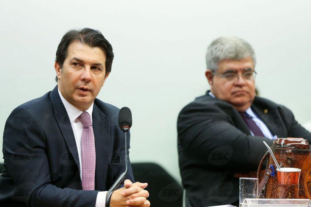 Brasília - Os deputados Arthur Maia e Carlos Marum durante sessão da Comissão Especial que analisa a proposta de emenda à Constituição (PEC) da reforma da Previdência (PEC 287/16) para a leitura do parecer do relator sobre o assunto. (Foto: Marcelo Camargo/Agência Brasil)