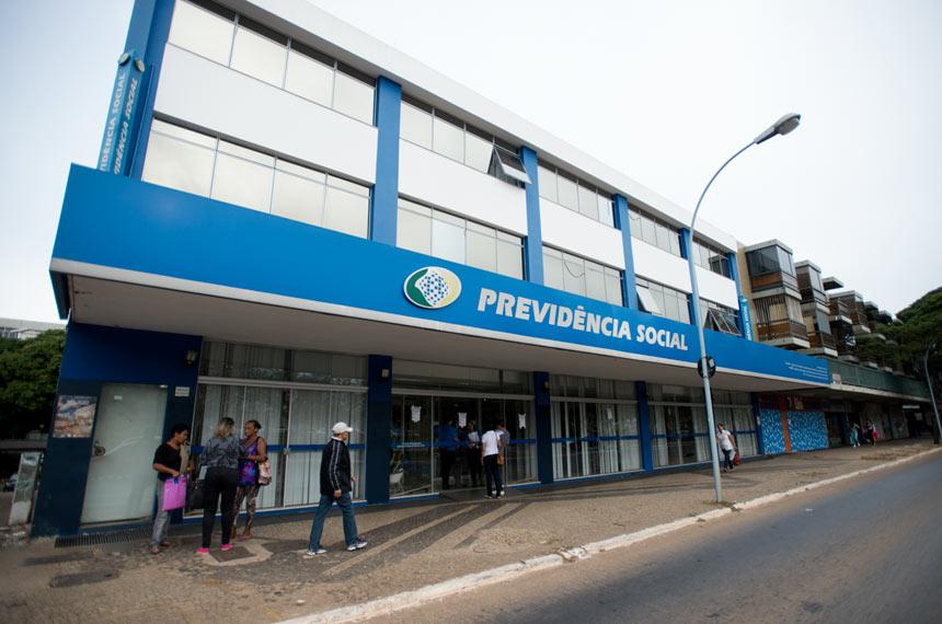 Servidores do Instituto Nacional do Seguro Social (INSS) entraram em greve por tempo indeterminado. Eles reivindicam reajuste salarial de 27,5% e melhores condições de trabalho