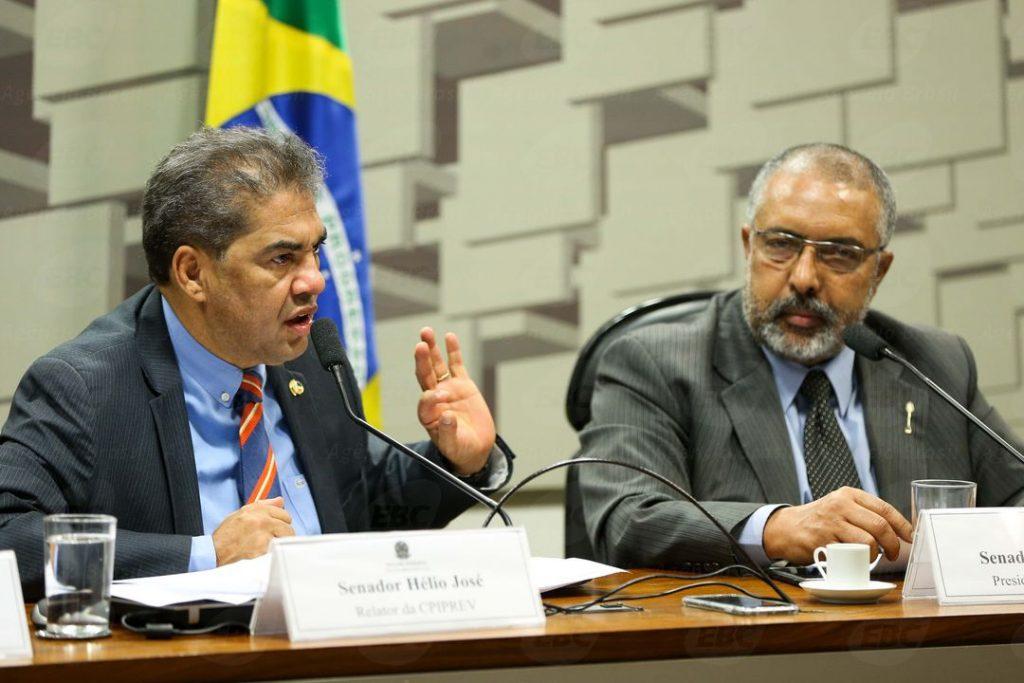 Brasília - Os senadores Hélio José e Paulo Paim durante audiência pública na Comissão Parlamentar de Inquérito sobre a Previdência ( Marcelo Camargo/Agência Brasil)