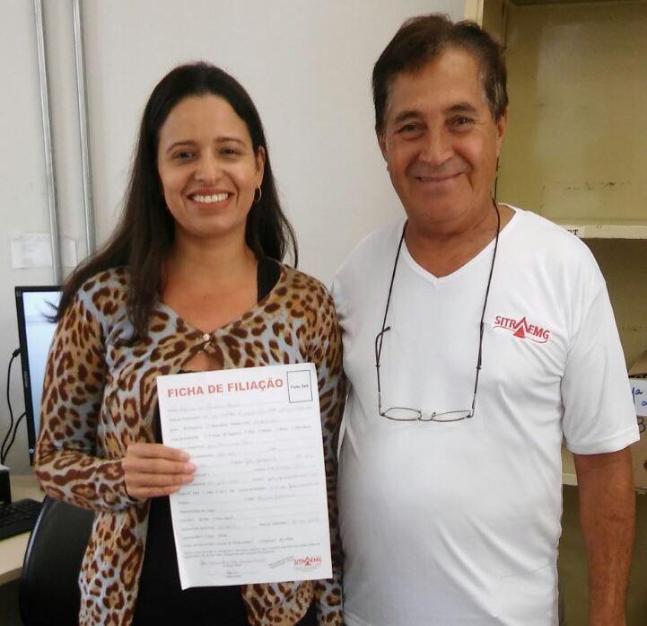 Servidora Patrícia de Oliveira exibe ficha de filiação recém preenchida