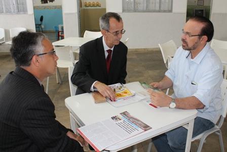 Os coordenadores sindicais Hebe-Del Kader (à esquerda) e Hélio Ferreira Diogo (ao centro) conversaram com o deputado Lincoln Portela (à direita) para falar das necessidades da categoria e da tramitação do PL 4363/2012 (Foto: Janaina Rochido)