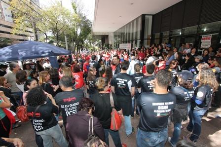 Protesto em frente à Justiça Federal reuniu 400 pessoas, entre servidores do Judiciário Federal e MPU (Foto: Erinei Lima)